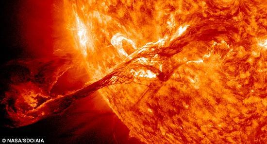 制造光剑的方案之一是,使用温度极高的气体产生等离子体,如太阳喷出的氢气和氦气等(如图所示)。有些气体在高温下会发出特殊的光芒,比如,氯气和氦气可以发出影片中标志性的绿光和红光。