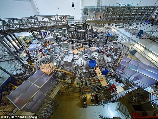 """""""文德尔施泰因 7-X""""放置在德国格赖夫斯瓦尔德的一个大型实验室内。研究者宣称,该装置的设计将最终促使核聚变能源成为现实。"""