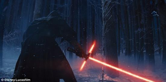 在电影中,这款标志性的光剑是绝地武士所使用的武器(如图)。但贝尔法斯特女王大学的物理学家詹卢卡·萨里博士表示,要想在现实中制造光剑,我们也许更应当使用等离子体,而不是激光。
