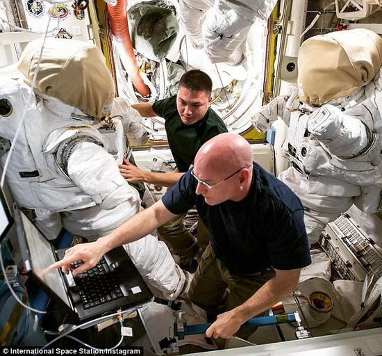 斯科特·凯利(右)和凯尔·林格伦(右)正在国际空间站开展工作。在1959年的水星计划中,NASA招募了第一批7名宇航员,从那时到现在,已经有超过300人成为了NASA的宇航员。