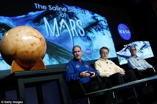 NASA的科技主管约翰·格伦斯菲尔德在一次关于火星任务的新闻发布会上发言。NASA计划在2030年将宇航员送到火星表面开展探索任务。