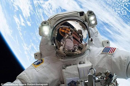 美国航空航天局于近日开通了宇航员申请网站,截止日期为2月18日。成功入选的宇航员将有机会登上国际空间站和猎户座飞船,以及两艘商业太空乘员舱。