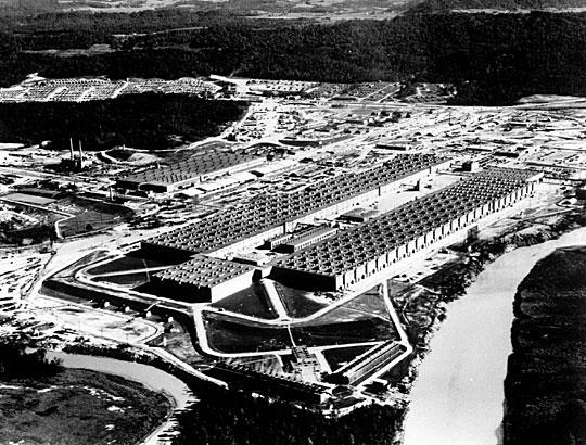 图18 美国早年在橡树岭的气体扩散工厂。