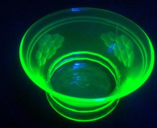 图7 在紫外线照射下发光的铀玻璃