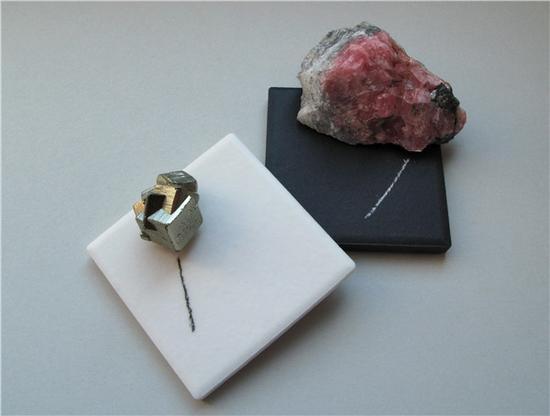 黄铁矿的条痕为黑色(左),透明矿物菱锰矿的条痕为白色(右)(图片来源:wikimedia.org)