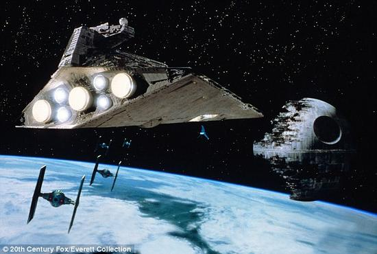 《星球大战》里参战的太空飞船也令科学家感到不合理。他们指出,当在太空中受到撞击时,太空船应该继续朝着与冲击相同的方向飞去,而不是朝下方坠落,因为在轨道中运行时并不适用重力效应。