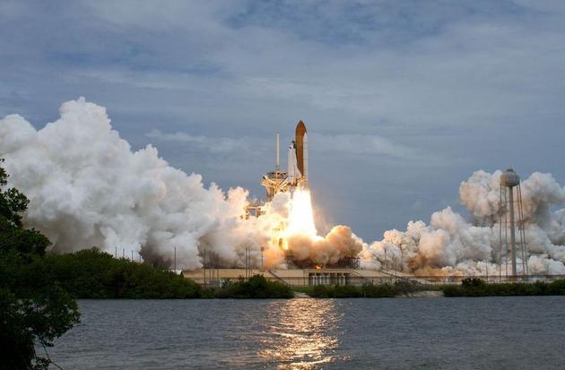 """""""航天飞机的主要引擎经过几次发射之后必须更换."""