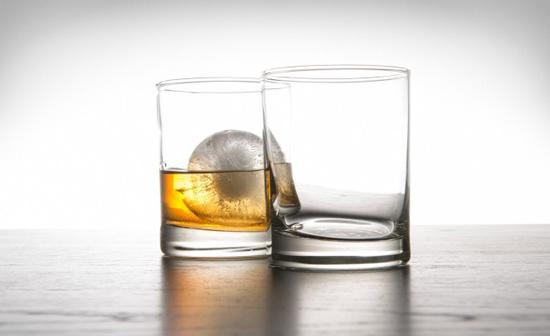球形冰块模具让威士忌更美好