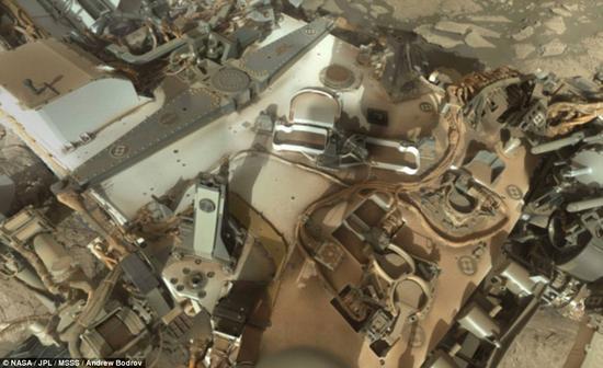 """""""好奇""""号火星车布满尘埃的平台。"""
