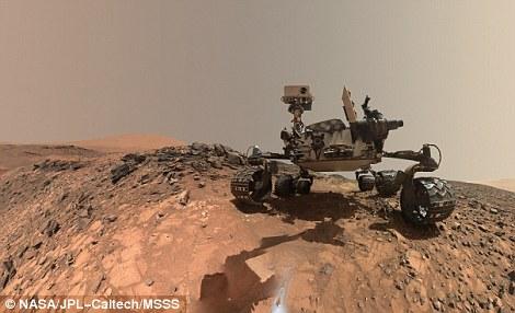 """""""好奇""""号火星车利用机械臂上的""""火星手持透镜成像仪""""拍摄了大量照片,并被摄影师拼接组合形成这幅自拍照。"""