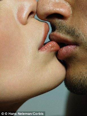 接吻会在大脑中引发多种反应,释放出降低压力、舒缓情绪的化学物质。