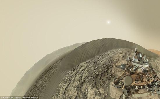 """正在火星表面探险的美国宇航局""""好奇""""号火星车近日利用自身机械臂上所携带的""""火星手持透镜成像仪""""和""""桅杆相机""""在纳米比沙丘背风侧拍下了首张彩色自拍照。"""