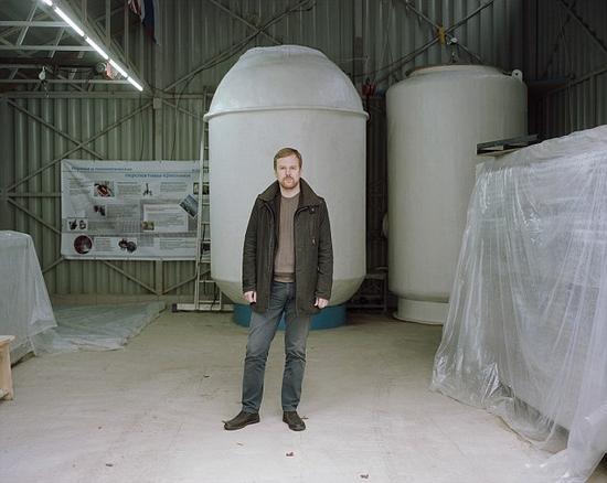 图为达尼拉?梅德维德夫(Danila Medvedev)。他现年35岁,以为俄罗斯未几便能在抗朽迈、生物医药和长生不老的研究领域超越美国。他是俄罗斯首家人体冷冻公司KrioRus的创始人——这一类公司将人体冷冻起来,希望有朝一日能让他们妙手回春。