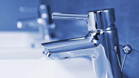 利用污水回收并经净化处理得到的水用作城市饮用水供应会给政策制定者带来麻烦