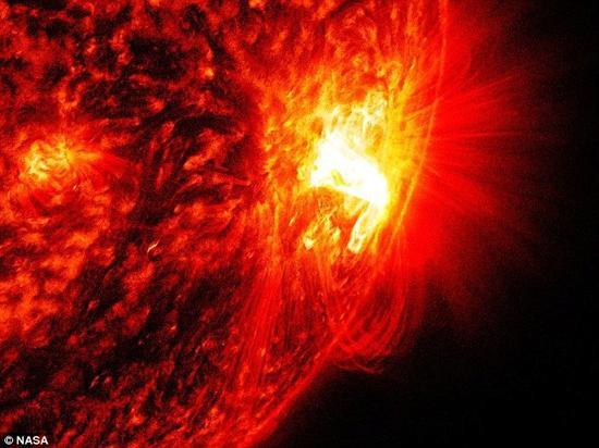 物理学家发现,从太阳表面拱起的等离子体环之所以断裂或崩塌,是由于磁场强度的变化所导致。图中是太阳耀斑喷射的场景。