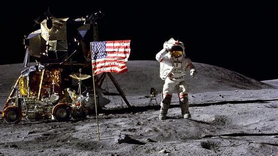 """""""阿波罗16号""""任务指令长约翰-扬登陆月球。"""