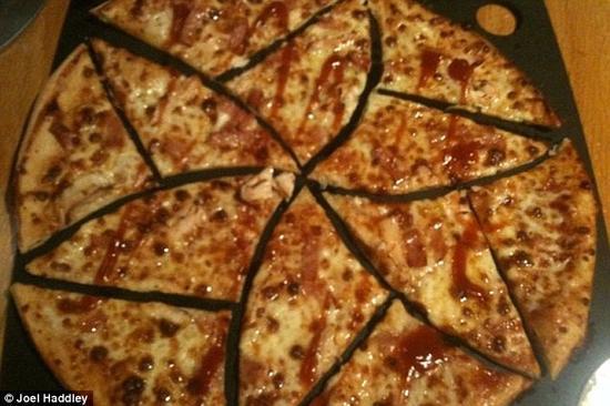 英国利物浦大学两位数学家设计了一个奇妙的披萨切分流程,该流程不仅仅能够将披萨完美地切分成12等份的小片,而且可以一直切分下去没有极限,甚至可以切分成弯弯曲曲的怪异形状。