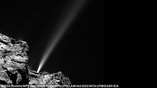 """本图由""""飞来""""号上的CIVA3号相机所拍摄,图片显示了它的最终着陆点周边场景。这个着陆点位于一个阴暗的角落,这就意味着它的太阳能电池板无法获取足够的光能。"""