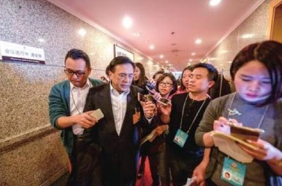 周正宇(左二)接受记者采访。京华时报记者潘之望摄