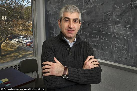 """达沃迪塞博士和他的同事们相信宇宙所经历的这第二次暴涨发生在宇宙诞生之后仅仅数秒到数分钟的时候。这次""""大爆炸""""稀释了暗物质,并使其散布到宇宙各个角落并导致了我们今天能够观测到的暗物质丰度水平"""