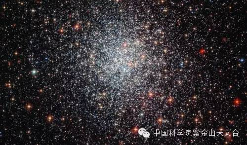 图片标题:哈勃太空望远镜拍摄的大麦哲伦云中NGC1783星团的照片:这一致密星团距离我们约16万光年,包含17万倍太阳质量的恒星。由我台与北京大学科维理天文与天体物理研究所、中国科学院国家天文台、美国西北大学、美国阿德勒天文馆组成的联合团队研究表明,这一星团从外部环境获得了额外的气体形成了新的恒星(版权:ESA/Hubble & NASA,致谢Judy Schmidt (Geckzilla.com))