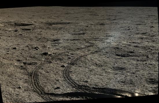 """""""玉兔""""在月面上留下的车辙印记,在月面环境下,这些印记将会被一直保留下来(中国科学院国家天文台/国家航天局/Emily Lakdawalla)"""