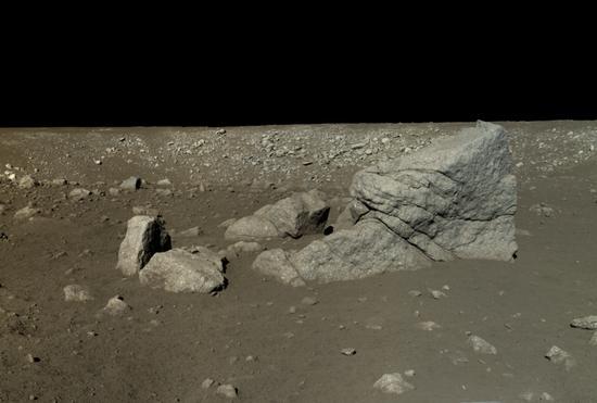 """""""玉兔号""""月球车行驶途中拍摄到的一块巨型岩石,它以被命名为""""龙岩""""中国科学院国家天文台/国家航天局/Emily Lakdawalla)"""