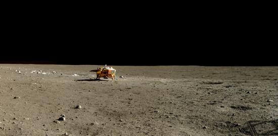 """远望降落在月面上的""""嫦娥3号""""着陆器(中国科学院国家天文台/国家航天局/Emily Lakdawalla)"""