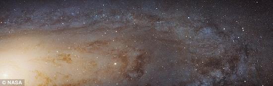 对银河系进行这样的研究要困难的多。我们生活在银河系内部,因此要想从总体上判断银河系的情况就困难重重。但是完全可能的情况是,和仙女座大星系一样,我们的银河系可能早在数十亿年前就已经死去了