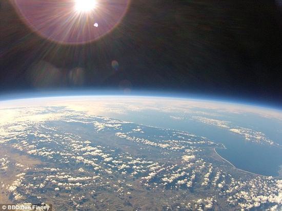 从TYC 9486-927-1发出的光需要一个月才能抵达2MASS J2126,从行星公转距离的角度来说,这样的间距着实是惊人的。图为从太空拍摄的地球,来自太阳的温暖阳光照耀在我们生活的这颗星球之上