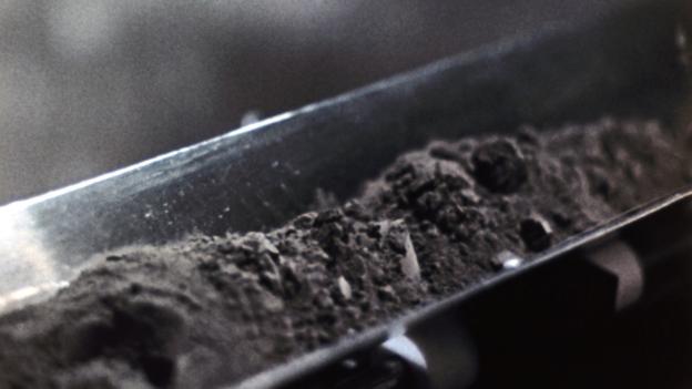 将类似这样的月尘物质制作为建筑材料,将极大减少从地球向月球运输物资的压力,从而节约成本