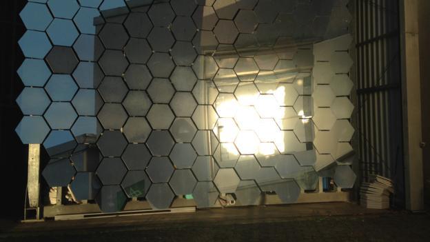 德国空间局研制的巨型太阳能聚焦设备能够产生超过2500摄氏度的高温,足以熔化金属