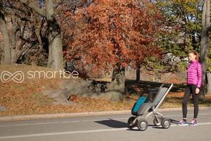 自驱动不用推:跟着妈妈走的婴儿车(组图)