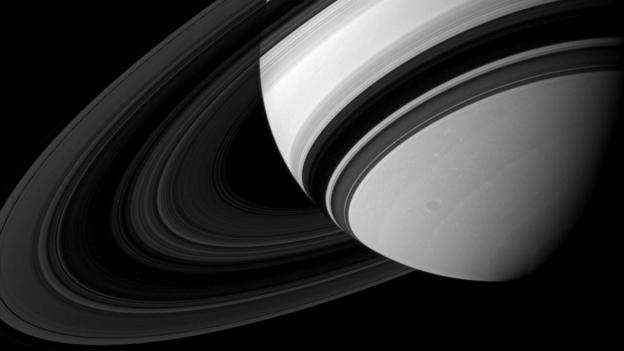 在整个土星光环结构中,规模最大的光环之一是土星的B环,但同时这也是最不透明的一个,事实上很多时候看B环的时候会发现它几乎是黑色的