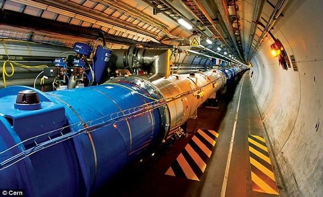 """在大爆炸之后的几亿分之一秒内,宇宙中就充满了一种极为滚烫、稠密的""""汤""""状物质。研究人员近日利用日内瓦的大型强子对撞机,重新制造出了这一混合物的微缩版。"""