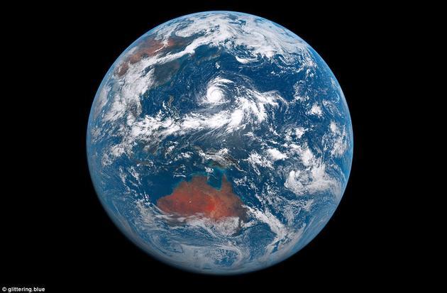 """在一分钟的时间里,太阳从西方地平线上升起了5次,沿着赤道向东移动,然后在东方落下。""""我尽量对视频中的颜色进行了校正,让它看上去就像宇航员在卫星边上看到的、经过了人眼调整的地球一样。"""""""