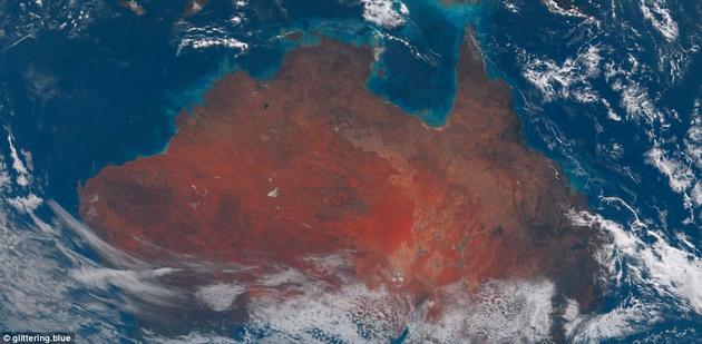 图中新几内亚南部和澳大利亚北部有一圈绿松石般的颜色,那里的海水较浅,可以看到下方明亮的沙子。