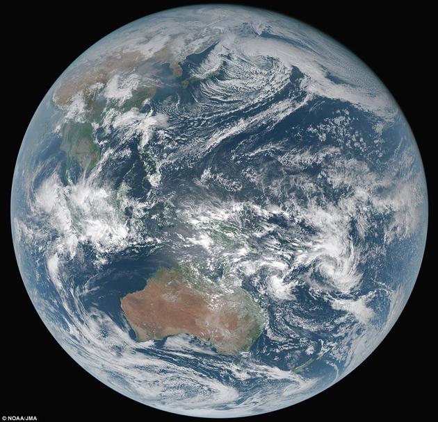 """日本近日拍摄了一则震撼人心的视频,从22000英里(约合35400公里)之外,呈现了一个""""地质色彩""""版本(geocolor)的地球。该视频由日本气象厅管理的Himawari-8气象卫星拍摄。这颗卫星位于太平洋上空的同步轨道上。在这则视频发布之前,有一张照片已经在2月10号被公布出来,画面上同样呈现了地球真实的颜色。科学家认为,这是有史以来拍到的地球肖像中最棒的一张。"""