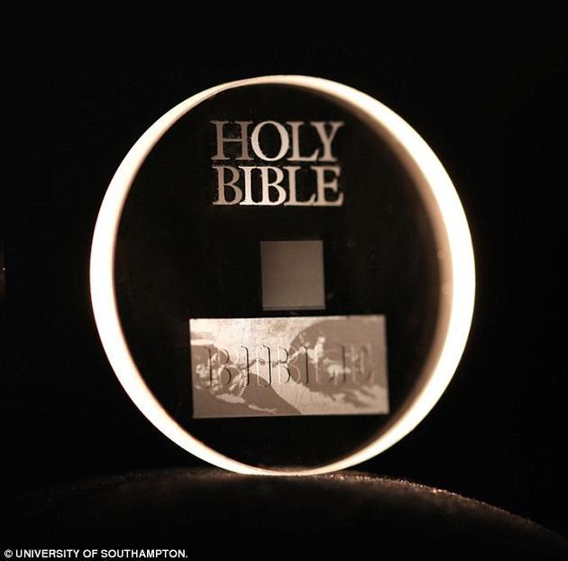 如今,包括牛顿的《光学》、《圣经》、《自由大宪章》和《世界人权宣言》等重要文献著作都被刻进了这种玻璃光盘。