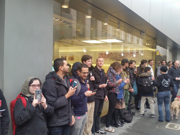 (本周一群美国群众跑到旧金山苹果专卖店门口声援苹果,注意最左边妹子手里面的手机,是谷歌的Nexus 5X,真是跨越种族的大爱什么的……)