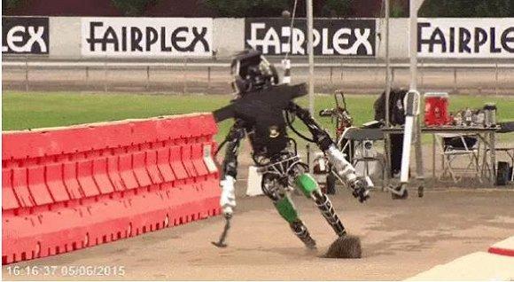 2015 年 DARPA 机器人竞赛上,老版 Atlas 机器人出尽洋相。