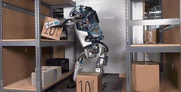 新版 Atlas 搬起 10 磅重的盒子,并放置在货架上。