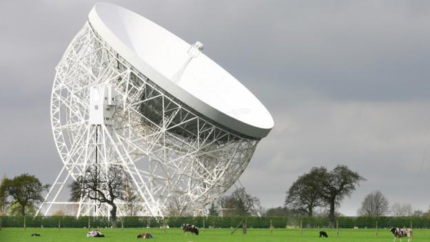 焦德雷班克望远镜是非常著名的英国射电望远镜设施,在历史上曾经因为对脉冲星的观测名声大噪。在脉冲星最初被发现时,其有规律的信号曾经一度被认为是外星人发出的信号
