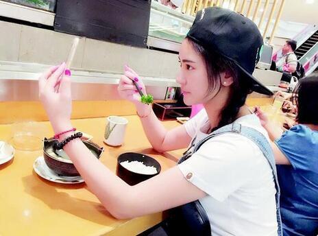 图为:女主播小团纸在马来西亚直播吃饭