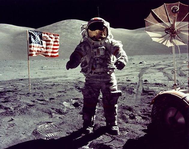 站在月球表面的美国宇航员。资料图片