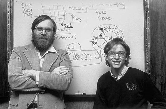 刚刚创建微软时的比尔·盖茨和保罗·艾伦。虽然在大众心目中,盖茨有着符合成功创新者的特点,但艾萨克森认为,微软的成功仅靠盖茨一个人,是远远不够的。