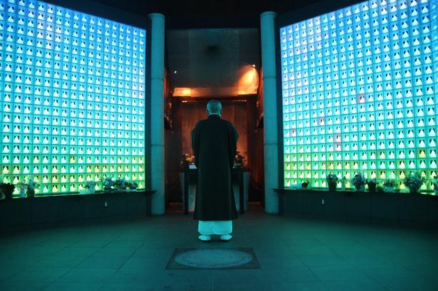 日本东京幸国寺住持矢岛泰淳在琉璃殿中对亡灵祷告。