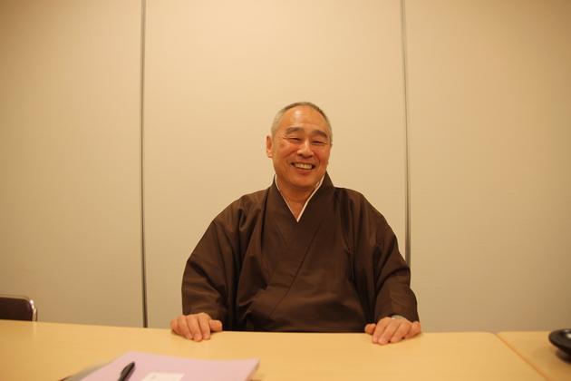 幸国寺住持矢岛泰淳,他说日本的小孩子越来越少,有些人已经没有人来为他们维护墓碑了。