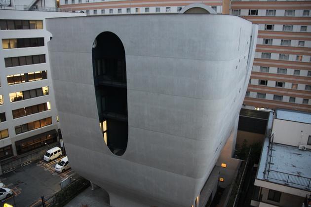 新宿琉璃光院白莲华堂外观像停泊在高楼大厦的海洋中的一座宇宙飞船。它对待逝者的态度与琉璃殿略有不同。