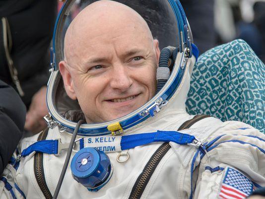 """返回地球后,美国宇航局""""远征46""""任务指令长科特-凯利坐在""""联盟号""""飞船外的椅子上。"""